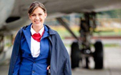 Azafata de vuelo con buena presencia